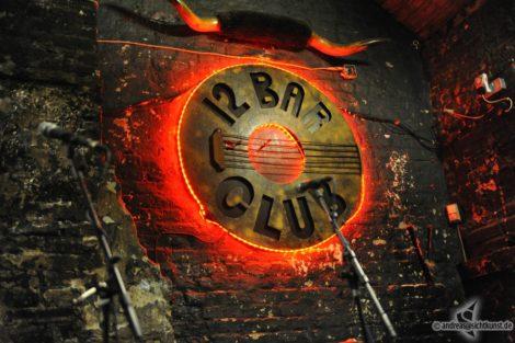 Das 12 Bar Club Logo auf der Bühne